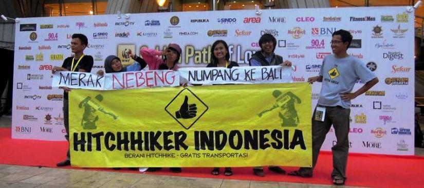 Hitchhiker berphoto dengan latar Golden Path of Love(doc by Wirawan)