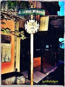Jalan menuju ke Kesultanan Kanoman, melalui pertokoan. Di jalan ini, kalau malam biasanya ramai oleh warung-warung makanan yang ada di sekitarnya. Setelah melewati jalan ini, untuk mencapai Kesultanan harus melewati lorong kecil yang sempit.