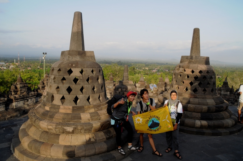 We're here.... touchdown Borobudur at 4 pm(photo by Astri, Greenpeace)