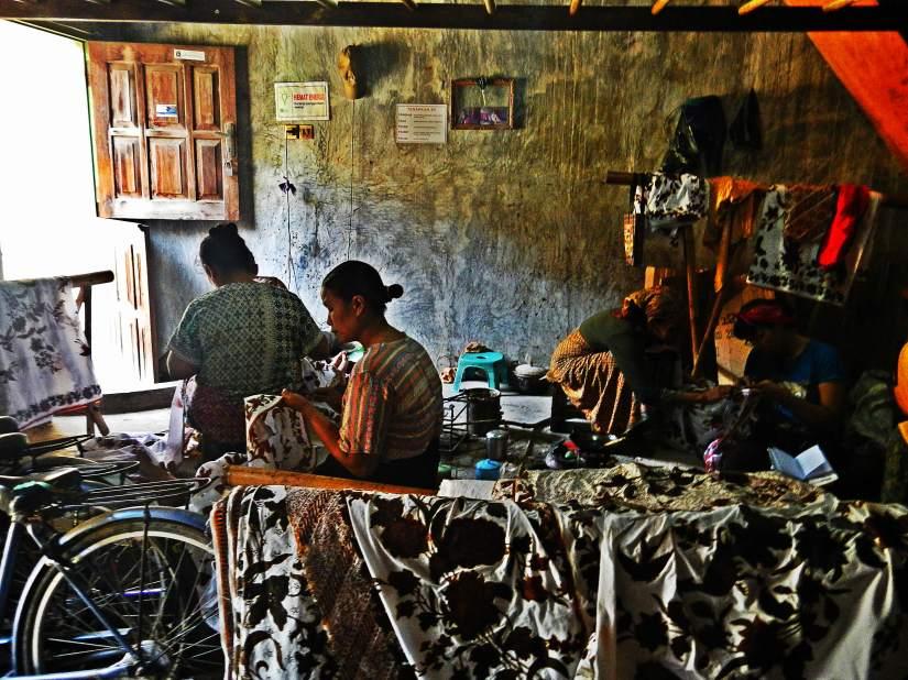 Belajar dan berbagi info membatik dengan pekerja di rumah Batik Zend.(photo by Bule)
