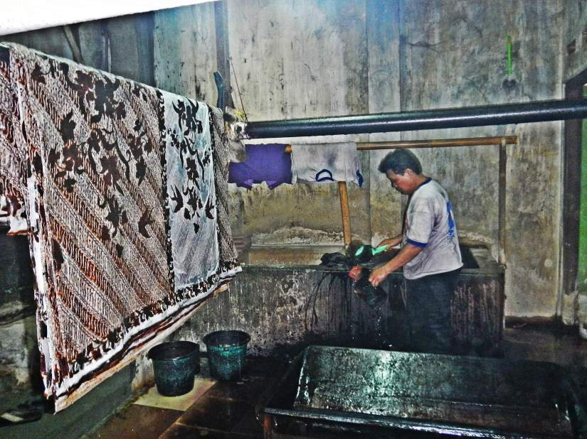 Pelorotan dan pencucian kain batik dilakukan di lantai bawah.