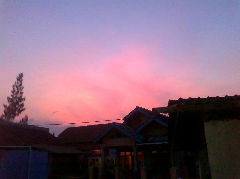 Langit senja merah jambu... Langit aslinya lebih bikin kita betah disana.. Sayang hanya 1 jam disana, kurang buat saya :((photo by Ejie)