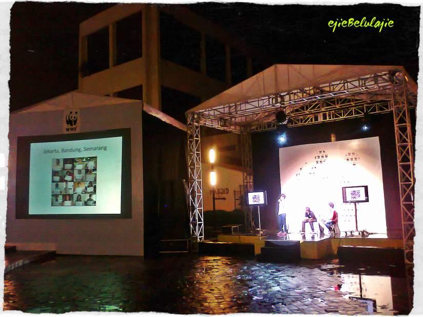 Riyanni Djangkaru dari Divemag yang menyuarakan #savesharks di ulangtahun WWF ke 50 di TIM, Cikini(doc pribadi)