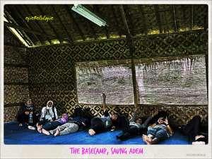Leyeh-leyeh asoy mengistirahatkan kaki di saung adem(doc by Ongston Obe)