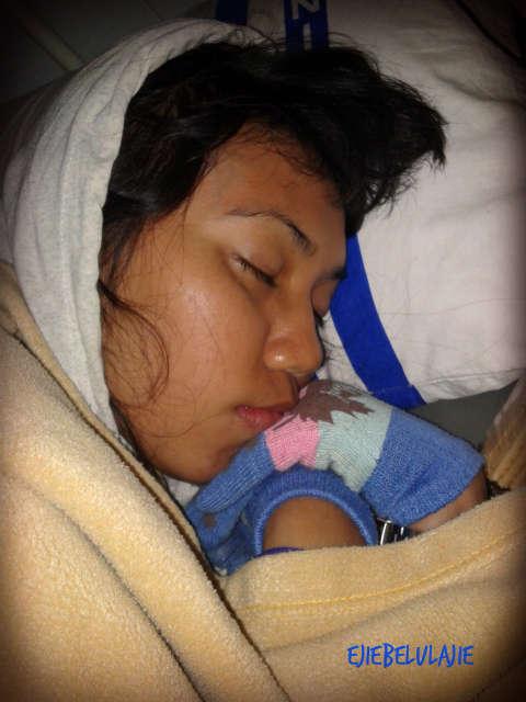 Foto sakit yang kuterima setelah di Lombok Timur, seingatku. Kiriman dari yang menjengukku di ruang kesehatan. Katanya, kalau tidur, Ejie kek anak kecil. Oww... really?? :P(doc pribadi-nya)