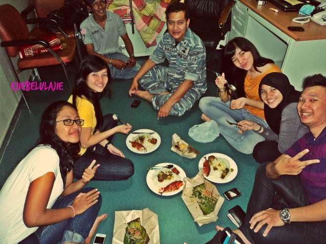 Makan malam bareng Kadepnop dan temannya, Dayu, Zela, Cia, Hikmah, Arga(doc Zela)