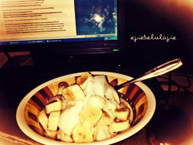 Es krim kampung toping roti dengan racikan tambahan sendiri menemaniku sembari menulis(doc pribadi)
