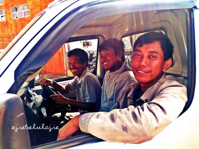 Bapak-bapak yang mengantarkan kami hingga ke pagar pelabuhan Benoa, Bali. Terima kasih, Pak... :)(doc pribadi)