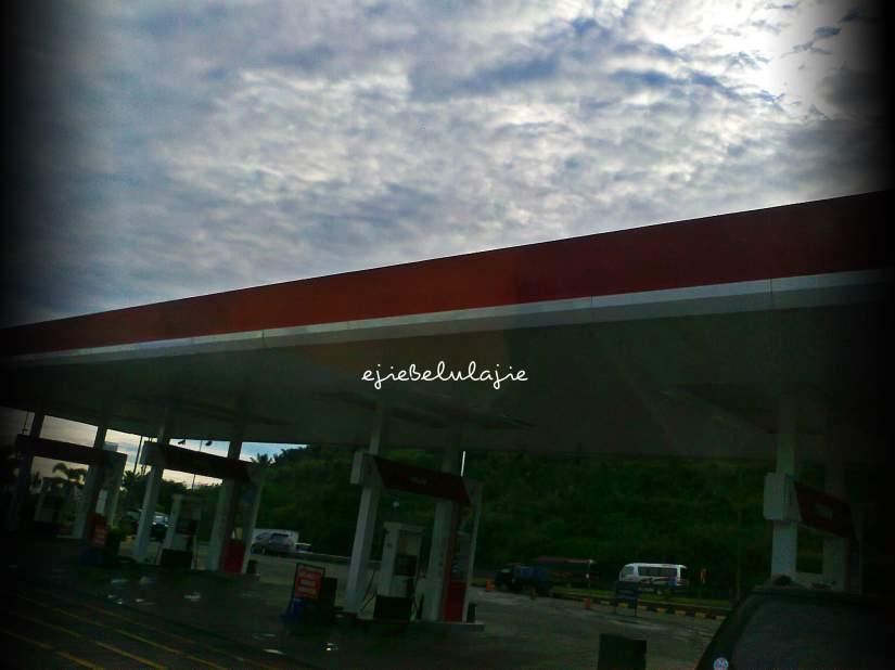 Mengisi bahan bakar kendaraan(dc pribadi)