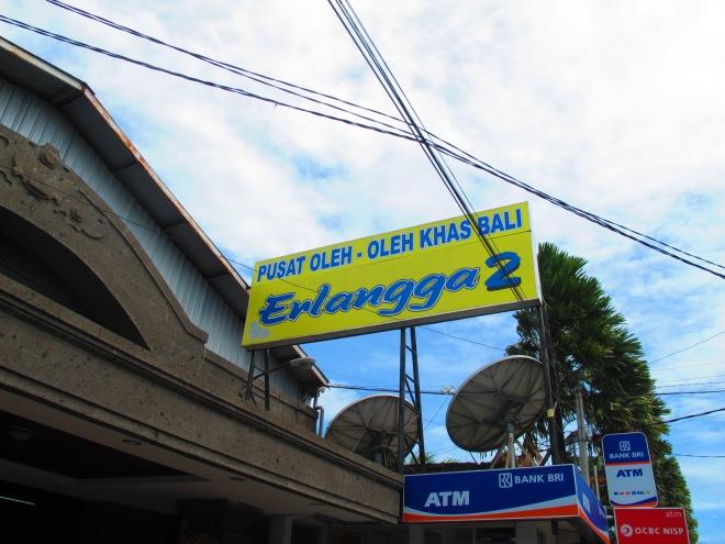 Yeayy! Tujuan kami hari itu. Hunting oleh-oleh Kapten Bambang(doc Hikmah photo by me)