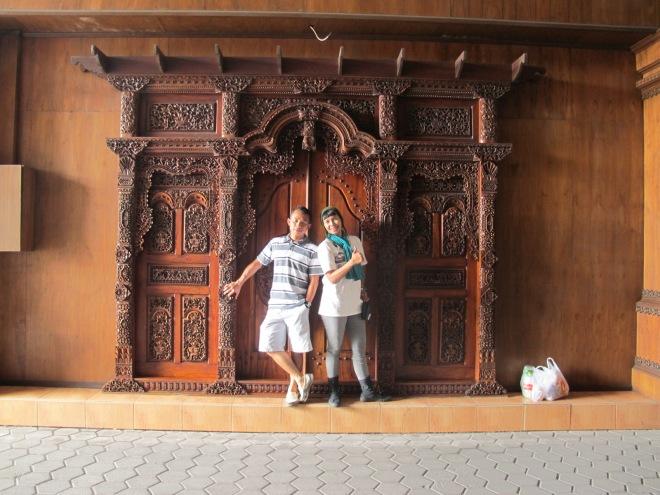 Asiiikk.... cegat bli dan mbak di Bali untuk fotoin kami berdua. Cheers :)(doc Hikmah photo by me)
