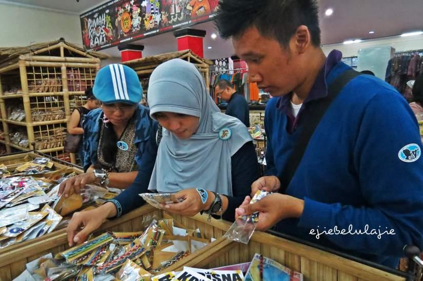 Kika: Saya, ndan Hikmah dan sun Arga, cari gelang buat bersama.(doc Kadeplog)
