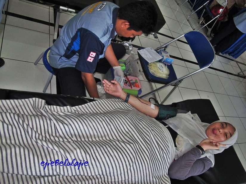 Rudi, petugas donor darah PMI Kota Tegal(doc Hikmah, photo by me)