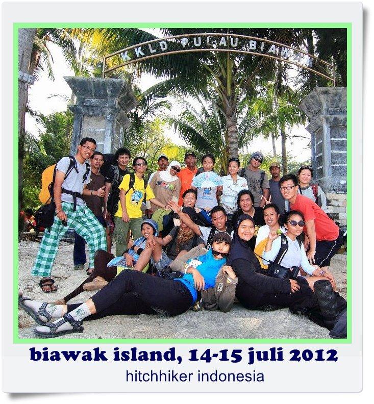Foto keluarga tim lengkap di KKLD Pulau Biawak saat akan pulang bersama Bapak Manto (doc Dny)