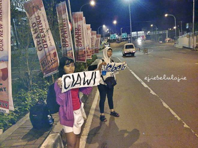 Mennggu di sisi jalan yang mengarah ke persimpangan Ciawi (doc Erick)