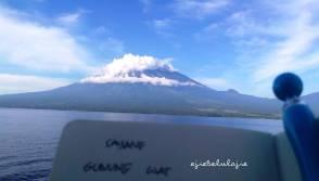 ~belum kesana~ Gunung (Tambora, kata temen Ejie) di perairan Lombok saat di KRI Surabaya 591. Ejie crop sebelumnya :) . 2/15/2013 07:17 AM Camera model: X2-00 Dimensi: 2592 x 1477