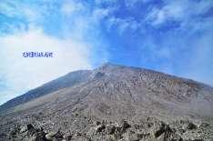 #11. Jalur pasir menuju puncak Garuda Gunung Merapi. Jalur pelajaran dimana aku tak pernah mendaki pasir sebelumnya. Ricky merah meraihku dan mengajariku menapak setelah setengah jam mungkin aku terduduk di 3/4 jalan pasirnya. Makasih ya Ky? :) (doc Ricky Merah)