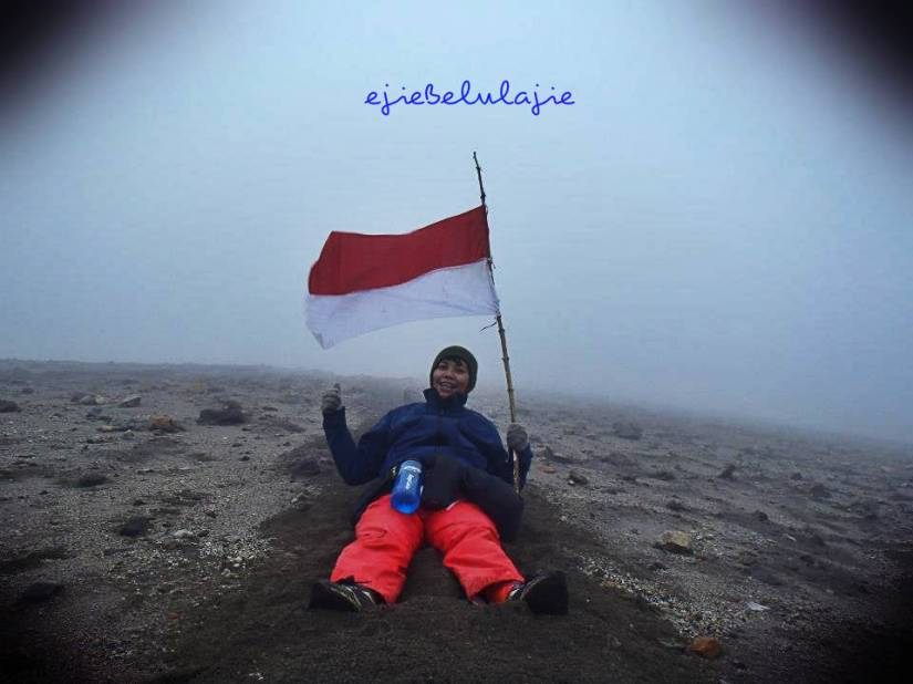Uhuuumm.. saat turunan Gunung Merapi. Menikmatinya sejenak bersama senyum :) Ini adalah hatiku yang kan kusimpan untuk sebuah GUNUNG. (doc pribadi photo by Erore)