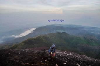 #13. Saat naik, alhamdulillah pelajaran Ricky Merah di di Gunung Merapi yang tak kulupa. (doc Riandika)