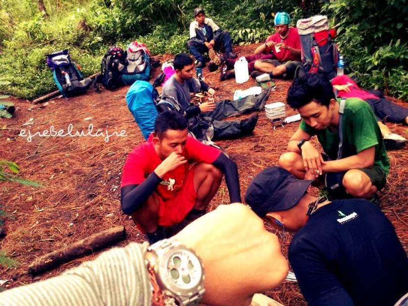 Gunung Slamet via Guci. Istirahat POS I bersama tim. Ricky Merah dan Anja yang hobi menyebutkan diving di gunung :D (doc sapa ya? Lupa!)