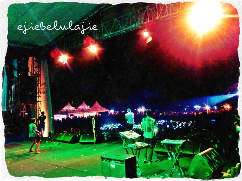 Penampilan Tarzanboys saat tampil di Pringsewu, Lampung. Gambar diambil dari panggung belakang. (doc pribadi)