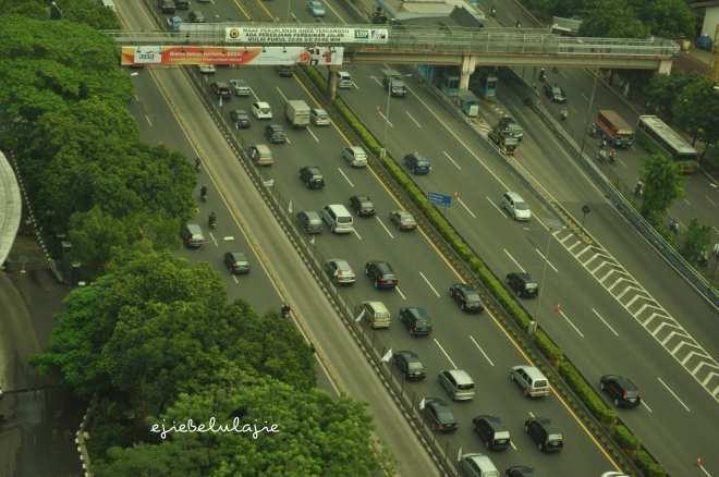 Jalan Gatot Subroto, sisi hijau di kiri jalan masih ada. (doc pribadi)