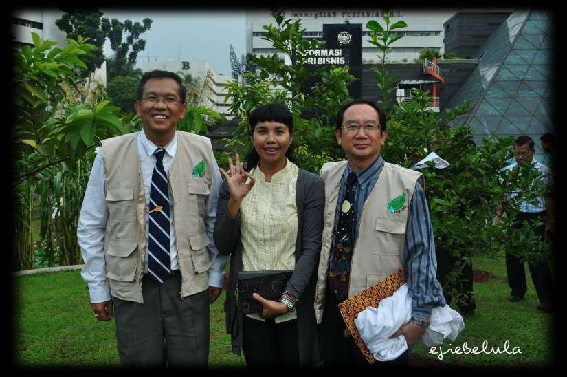 Mr. Charoonkiat, me and Mr. Wisit setelah selesai acara eksperimen dan praktek menggunakan nano bio di halaman Kementrian Pertanian RI, Jakarta, Senin (10/06). (doc pribadi)