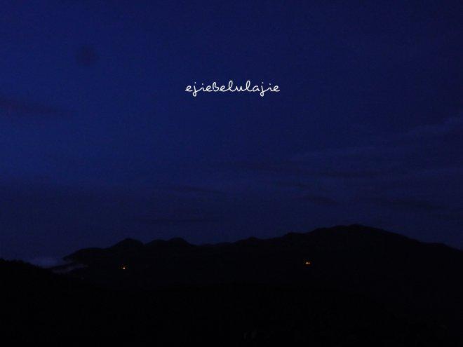 Puncak utama Gunung Rakutak, pukul 05.00 WIB dinihari. Penuh biru yang kusuka, bintang... ;) (doc pribadi)