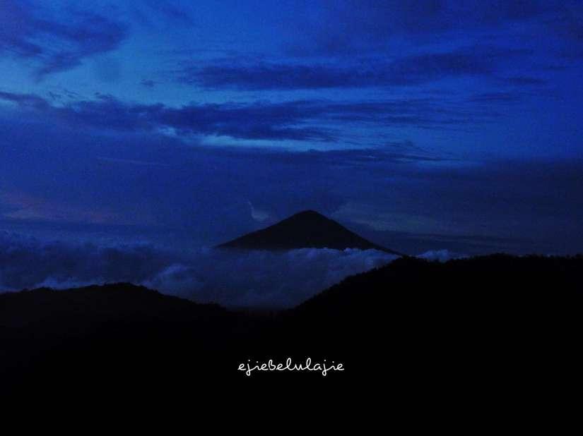 Gunung Cikuray dilihat dari Gunung Rakutak. Foto diambil pukul 05.41 WIB. (doc pribadi)
