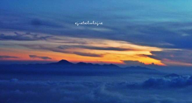 Deretan gunung diantaranya Tangkuban Perahu (kata Kangmang). (doc pribadi)