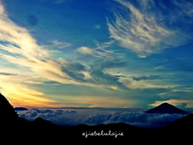 Kiri: Gunung Guntur, kanan: Gunung Cikuray. (doc pribadi)