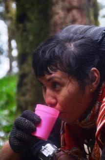 Seruput teh hangat gelas pink (doc Ricky Merah)