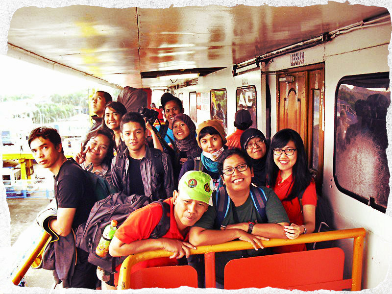 Bergerombol menyaksikan cerahnya pagi, tak sabar ingin tturun kapal yang membawa kami semalamam hingga ke Lampung. (doc Pru)