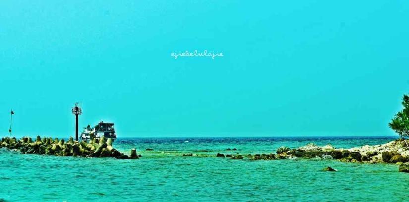 Jajaran batu yang terhampar di sepanjang pesisir menuju Pulau Pari. (doc pribadi)