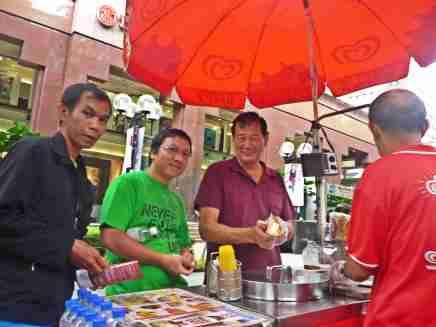 Kika: Pakde Jawa Alex dan Sultan @Ngee Ann City, Singapore (doc pribadi)