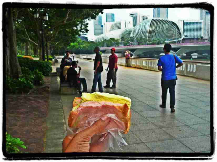 Enjoy our ice cream @Esplanade Park, Singapore (doc pribadi)