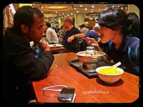 DIBUANG SAYANG Maaf ya kalau ada yang ngga sukaaa.... Ejie ngga sengaja ambil gambar ini. Sooooo romatic dinner #blushing :) (doc pribadi)