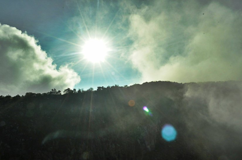 Sinar hangat yang menyambut kedatangan telatku di puncak Sindoro. Terima kasih, Allah... (doc pribadi)