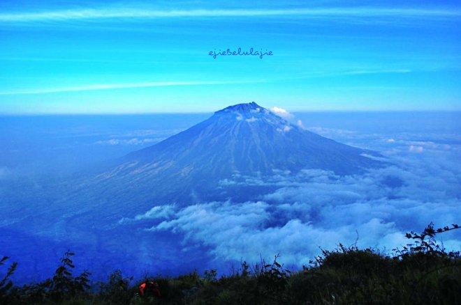 Gunung Sumbing tampak dari Gunung Sindoro. Senja yang cerah menemani perjalanan turun gunung keluarga bawel. (doc pribadi)