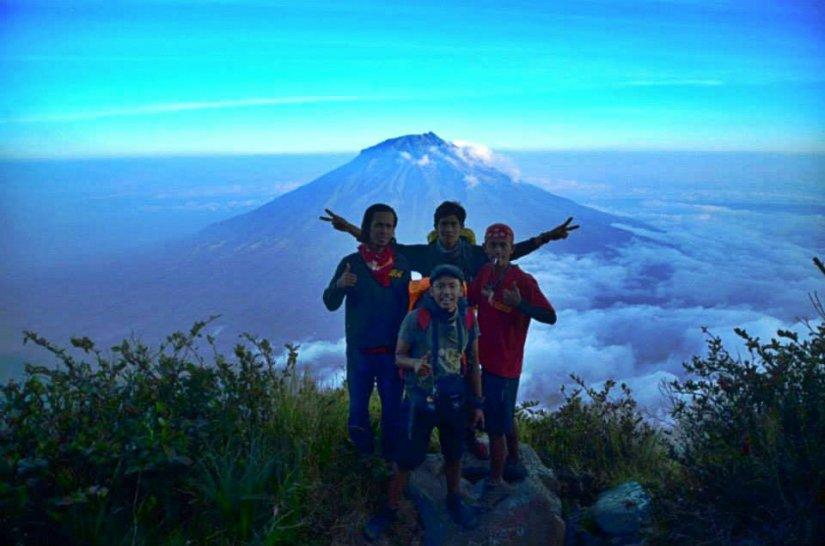 Dengan latar Gunung Sumbing di belakangnya (doc Ky taken by me)