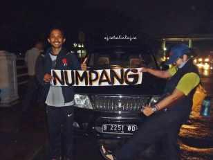 Kendaraan pertama Ramdan, hitchhiking mobil Kawan. Ahahahahhh.... okeee... bolehlaaaahh :P (doc pribadi taken by Kawan)