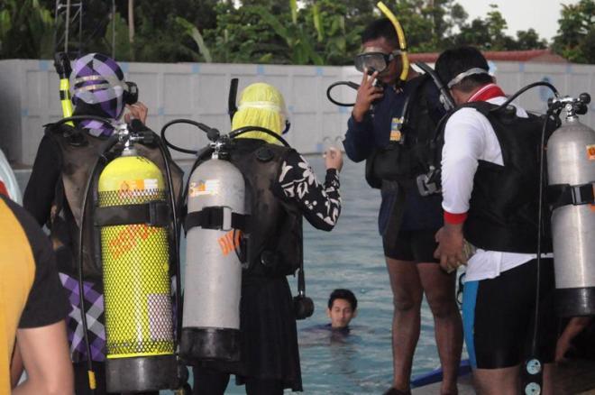 Try suba diving with TNI AL coach @MABESAL, Cilangkap, Jakarta. (doc Zulfikar, taken by me)