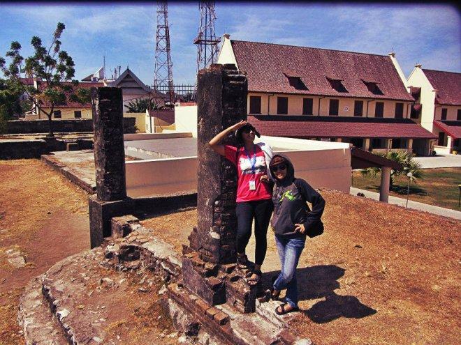 Bersama si cantik Zela di atas benteng atas. (doc Kak Agus)