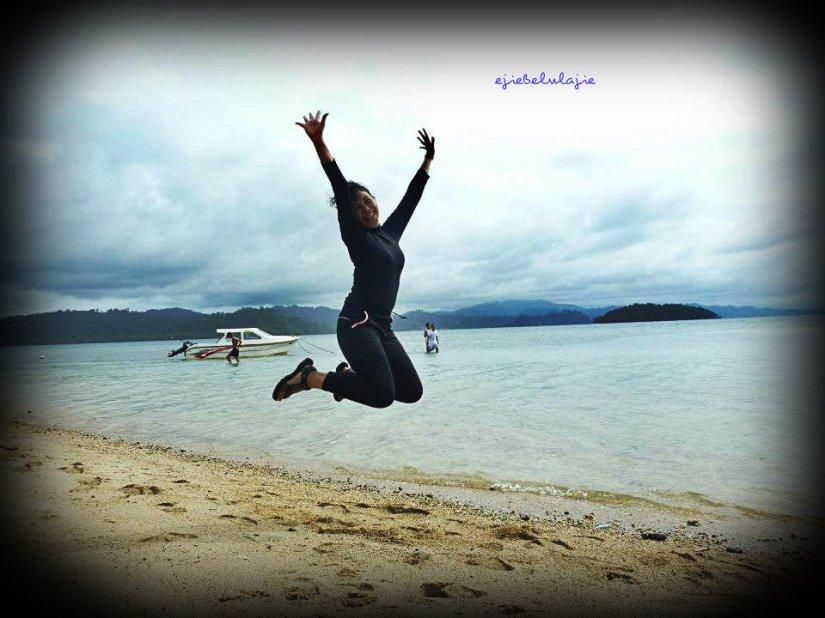 Sebelum nyemplung ke gundukan daratan di tengah perairan Saonek. (doc Sekar, Bogor)