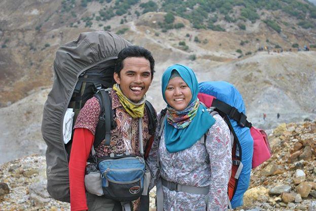 Irwansyah _ Dee Naa, sang pengantin yang hobby mendaki gunung. (doc pribadi)