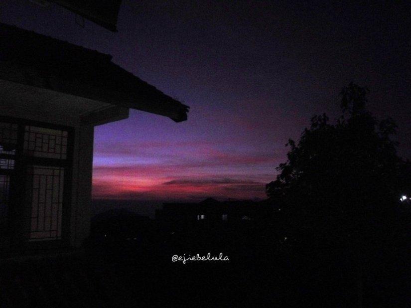 Sunrise cantik! Beberapa hal tidak membutuhkan editan. Justru keasliannyalah yang semakin syahdu untuk selalu dirindukan :) *untuknya (doc pribadi)