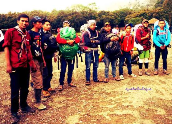 The giudes dan the porters - Mount Papandayan with me as the 1 of the guide. (doc pribadi taken by Septi)