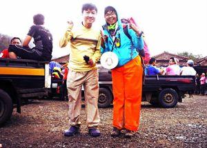 Xi Erl yang tak menggunakan sepatu selama melakukan trekking. (dok pribadi)