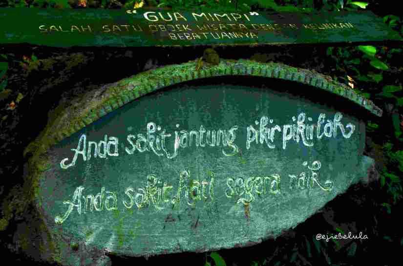 Plang Gua Mimpi. Coba baca dengan seksama. Masih di tangga bawah nih :) (doc pribadi)