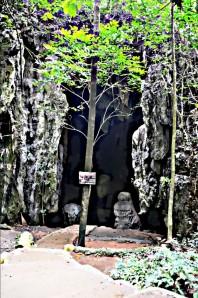 Pintu masuknya diapit patung alami. (doc pribadi)